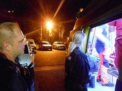 Strážníci předali muže, který se pokusil o sebevraždu, záchanářům.