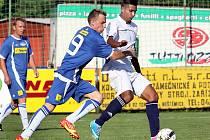 Fotbalisté Neštěmic (bílé dresy) doma nestačili na Junior Děčín a prohráli 2:3.