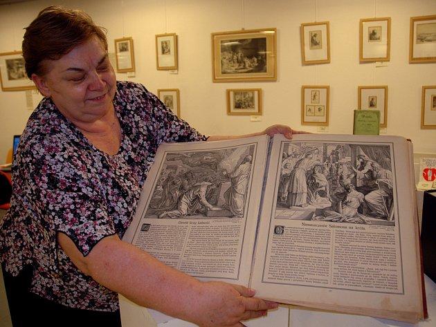 Na tři stovky různých výtisků bible a reprodukce holandského malíře Rembrandta si můžete prohlédnout v informačním středisku.