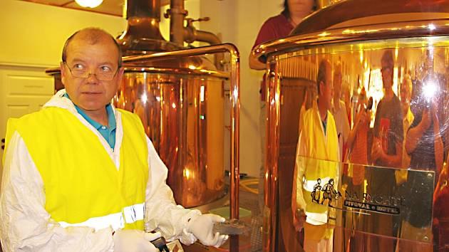 Rituál ozáření piva Kosmik provádí Čestmír Berčík z Úřadu pro jadernou bezpečnost.