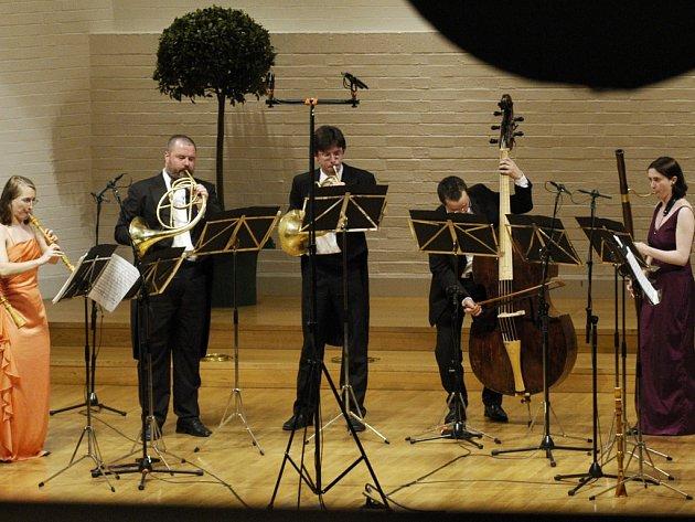 Také čeští hudebníci jsou členy kritikou i posluchači uznávaného mezinárodního oktetu Amphion.