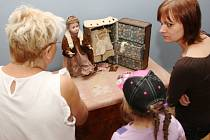 Kromě historického nábytku a obrazů mohou vidět návštěvníci zámku ve Velkém Březně také hračky princů a princezen.