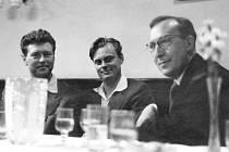 Na snímku od maturity z roku 1959 je Hanuš Adamec uprostřed.