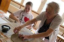 Generační spolupráce aneb na věku nezáleží. Klienti Domova pro seniory Krásné Březno mají denně různorodé aktivity. Jednou z nich byla i společná keramická dílna, kam zavítaly děti ze Základní školy Mírová na Severní Terase.
