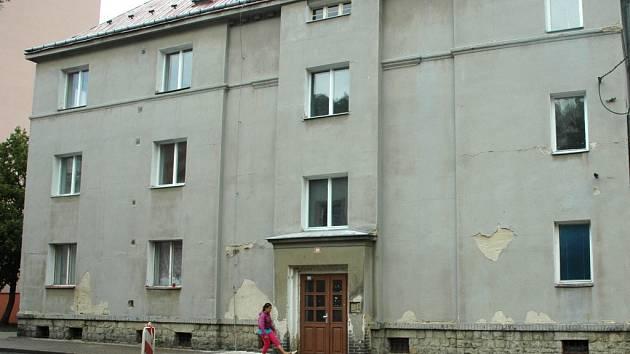 V domě je dvanáct malometrážních bytů.