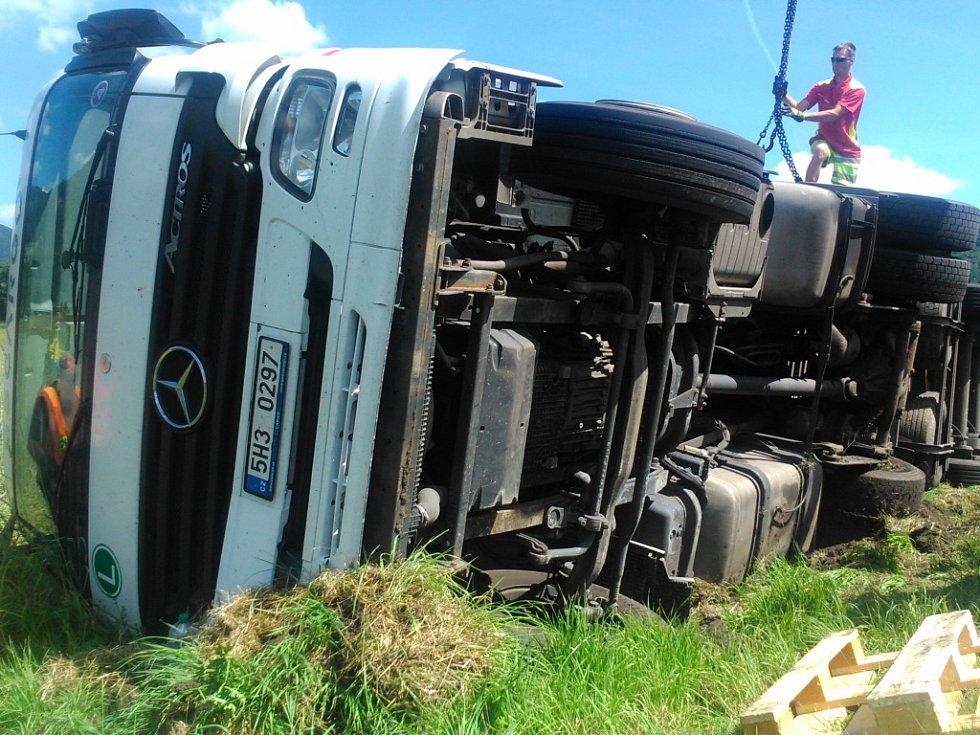 Havárie kamionu u Velkého Března.