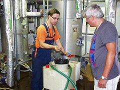 Pracovníci Tepelného hospodářství města Ústí nad Labem spolu s montéry dodavatelské firmy čistí výměníky, pracují na údržbě a opravách.