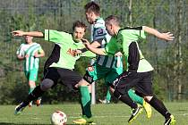 Fotbalistům Hostovic (vlevo Štorc, vpravo Hodek) loňská sezona v 1.A třídě nevyšla. Tým skončil předposlední a sestoupil.