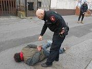 Strážníci zpacifikovali agresivního bezdomovce.