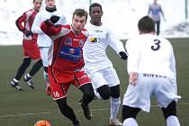 Útočník FK Ústí Martin Jindráček (v červeném) byl k nezastavení. V duelu s Mostem vstřelil dvě branky, přesto to na výhru nestačilo.