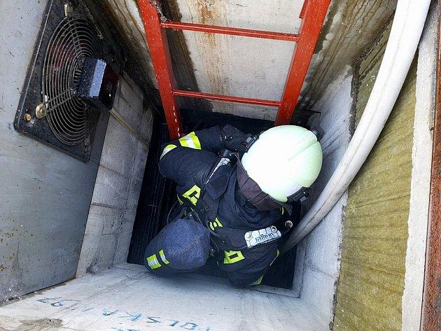 Profesionální hasiči z Teplárny Trmice během zásahu u fiktivního požáru v kabelovém koridoru rozvodny 110 kV.
