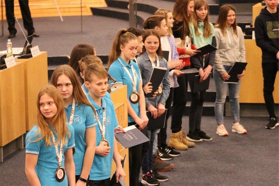 Úspěšným sportovcům z dětské olympiády se dostalo pocty a uznání na zastupitelstvu Ústeckého kraje