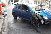 Auto narazilo do zábradlí přímo před redakcí Ústeckého deníku