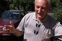 Miroslav Smejkal u kapličky v Sebuzíně
