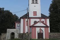 Pravoslavní věřící opravují kostel ve Všebořicích.