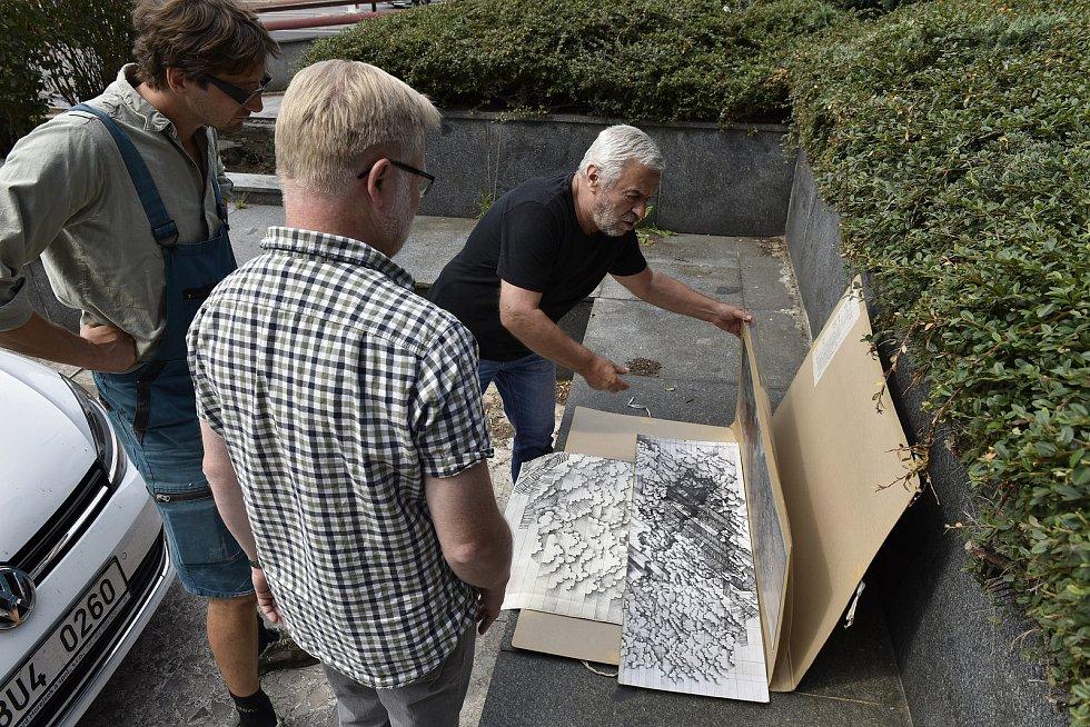 Autor mozaiky Petr Menš předává muzeu plány mozaiky, které napomohou ji v budoucnu znovu sestavit.