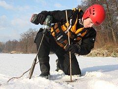 Měření tloušťky ledu. Ilustrační foto.