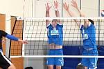 Volejbalisté Slovanu Chabařovice (modří) zvládli dvojutkání proti Proseku Praha dvakrát vítězně 3:1