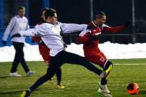 Fotbalisté Ústí (vpravo Miskovič) prohráli v Souši 0:3.