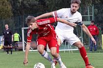 Fotbalisté Neštěmic (bílé dresy) doma prohráli s Proboštovem 1:2.