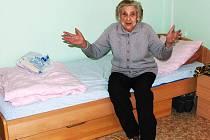 Jednaosmdesátiletá Helena Brázdová skončila bez domova a okradená v nemocnici. Největší letošní vánoční dárek je pro ni pomoc od pracovnic občanského sdružení Spirála.