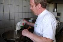 Tak jako každý čtvrtek se i tento týden vařilo v restauraci Sport Pub Zlatopramen na Zimním stadionu. Na snímku kuchař Roland Šitt.