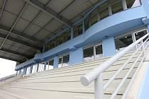 Nová tribuna na fotbalovém stadionu.