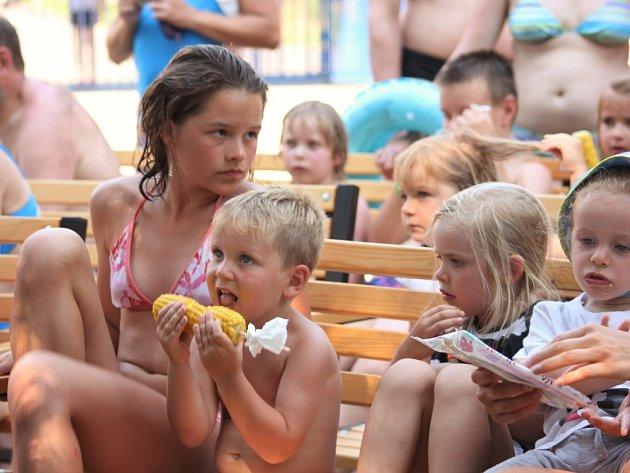 Návštěvníci si užili divadlo na koupališti.