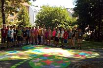 Děti na chodník v parku namalovaly obrovský čtyřlístek.