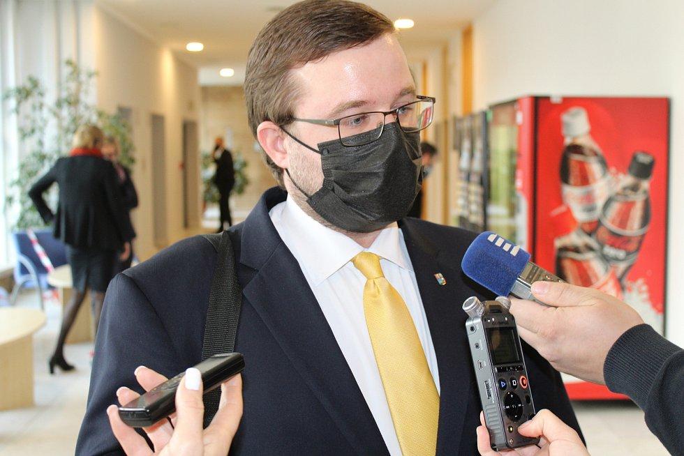 Jan Růžička (KDU-ČSL), radní pro finanční oblast, vysvětluje novinářům návrh rozpočtu Ústeckého kraje pro rok 2021.