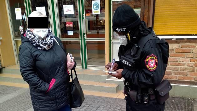 Ústečtí strážníci kontrolovali povinné nošení roušek na veřejnosti