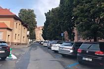 Modré zóny a zdražení parkovacích karet pobořilo obyvatele ulic naproti kampusu na ústecké Klíši