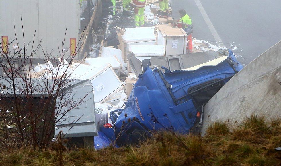 Kamion na dálnici D8 čelně narazil do portálu tunelu Prackovice. Úterý 2. března