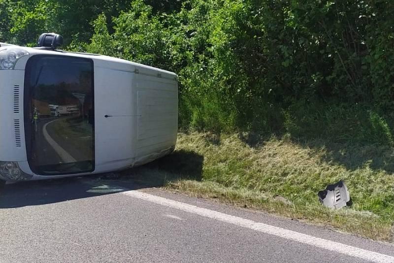 Na nájezdu na dálnici D8 v Ústí nad Labem se převrátila dodávka