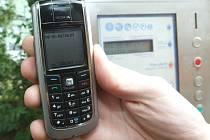 Ústečanům vadí nefunkční parkovací automaty. Celou hodinu přes SMS často platit nechtějí.