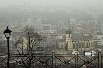 Inverze zasáhla i Ústí nad Labem, sídliště Skřivánek mizí v mlze