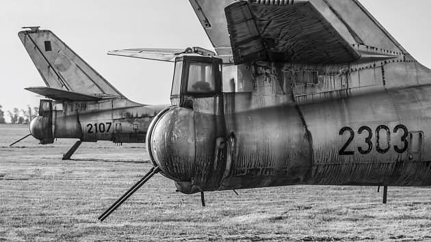 Letadlo IL-28 na základně vojenského letectva ve Kbelech. Snímek je z knihy Vladimíra Cettla Vraky letadel studené války.