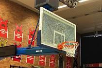 Deska, kterou při rozcvičení před 2. čtvrtfinálovým utkáním KNBL 2020/2021 při smeči vysklil ústecký basketbalista Johan Haiblík.