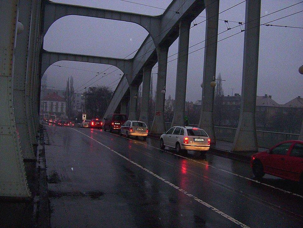 Ranní situace u soudu a na mostě Dr. Edvarda beneše po uzavření Přístavní ulice.