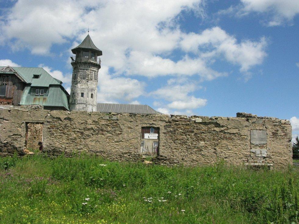 Nejvyšším bodem regionu je vrchol  Klínovce v Krušných horách.