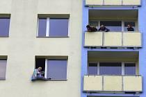 Téměř čtyři hodiny zaměstnávala hasiče, policisty i strážníky duševně nemocná žena v Mojžíři. Vyhrožovala, že skočí z šestého podlaží panelového domu.