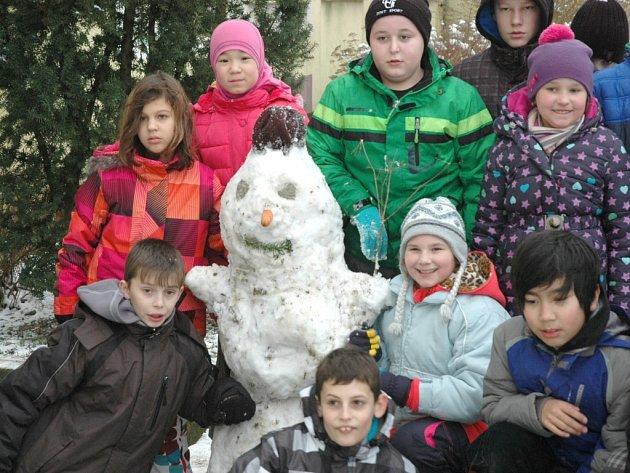 Třicet sněhuláků postavily děti ze ZŠ Anežky České, aby pomohly s odvozem kol do Afriky. Koulení sněhových koulí a nasazování mrkvových nosů se zúčastnilo všech dvacet devět tříd školy.
