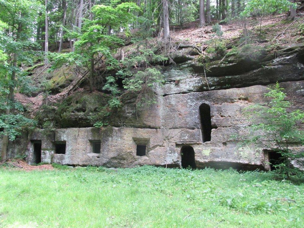 Záhadná skalní obydlí uprostřžed vojenského prostoru.