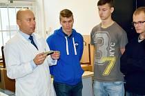 AKADEMIK MARTIN NOVÁK z ústecké univerzity (vlevo) na semináři se studenty na téma kvalita obrobeného povrchu.