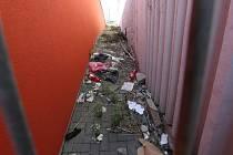 """Neuklizené odpadky, ale i graffiti """"ozdobená"""" kóje v Zanádraží"""