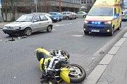 Nehoda motorkáře a auta - ilustrační fotografie.