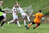 Fotbalisté Brné (zelenočerní) porazili Krupku (bílí) 3:1 a postoupili do semifinále krajského poháru, ve kterém přivítají opět na svém hřišti Domoušice.