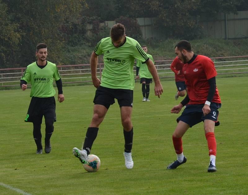 Fotbalisté Junioru Děčín (červené dresy) doma porazili Svádov 3:1.