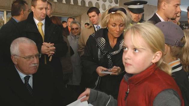Stovky lidí přilákala na Lidické náměstí autogramiánda Václava Klause