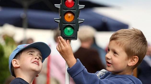 PRAKTICKÁ ČÁST řady výchovných projektů Policie České republiky se často uskutečňuje na dětských dopravních hřištích. Snímek je z otevření hřiště v Cítolibech na Lounsku loni v květnu.